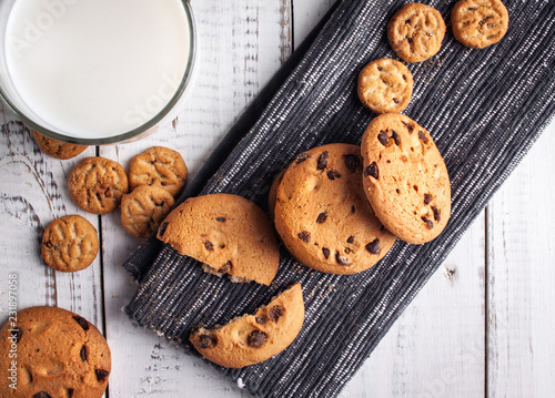 Wall mural Chocolate chip cookies with milk