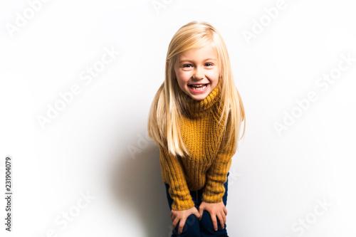 Śliczna dziewczyna 5 roczniak pozuje w studiu