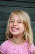 Leinwanddruck Bild - Kleines Mädchen lächelt glücklich.