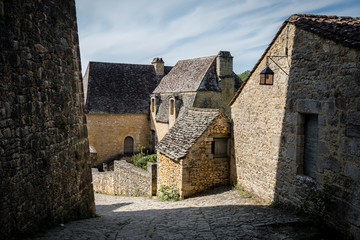 Ruelle montante d'un village de France en Dordogne © William Allegre
