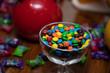 confetes de chocolate coloridos