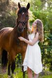 Romantik mit Pferd und Mädchen im Wald vertikal - 231943222
