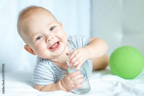 portret małego chłopca w letniej przyrodzie