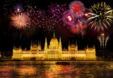 Feuerwerk über dem Parlament in Budapest, Ungarn  - 231997621