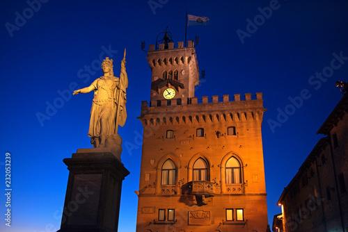 Foto Murales San Marino: Piazza della Libertà (Freiheitsplatz) in der Abenddämmerung