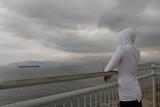 Mujer en soledad frente al mar  - 232073436