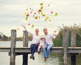 ausgelassene Freude am See im Herbst - 232245091