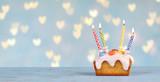 süßer Geburtstagskuchen mit Herz Hintergrund - 232245423