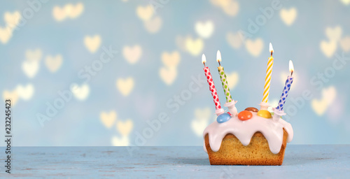 Leinwandbild Motiv süßer Geburtstagskuchen mit Herz Hintergrund