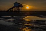 Pfahlbau an der Nordsee im Sonnenuntergang - 232255045