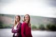 Ausgelassene Freude: Zwei Freundinnen genießen den Sommer an einem Fluss