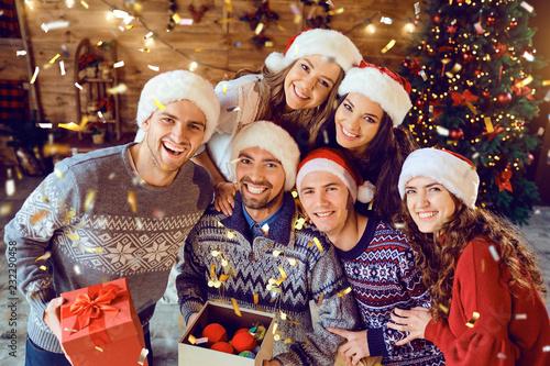Przyjaciele z prezentami obchodzi Boże Narodzenie.