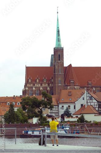 mężczyzna robi sesję zdjęciową we Wrocławiu z aparatem