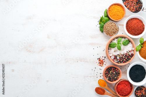 Zestaw przyprawy i zioła na biały drewniany stół. Bazylia, pieprz, szafran, przyprawy. Indyjska kuchnia tradycyjna. Widok z góry. Bezpłatna kopia.