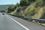 Panneau vitesse à 110 sur l'autoroute A9 languedocienne dans l'Hérault - 232491419