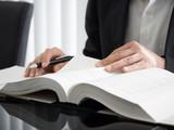 登記について勉強をする司法書士 - 232577265