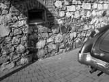 Amerikanisches Coupé der Vierzigerjahre vor altem Mauerwerk aus Naturstein im Sonnenschein in Wettenberg Krofdorf-Gleiberg bei Gießen in Hessen, fotografiert in neorealistischem Schwarzweiß