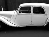 Weiße französische Oldtimer Limousine als Hochzeitsauto beim Oldtimertreffen in Wettenberg Krofdorf-Gleiberg bei Gießen in Hessen, fotografiert in klassischem Schwarzweiß