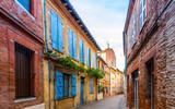 Rue typique à Toulouse en Occitanie, France - 232677842