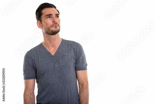 Studio strzał młody przystojny mężczyzna główkowanie podczas gdy przyglądający up