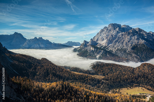 Leinwandbild Motiv Mer de nuage sur les forêt des Dolomites