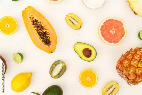 świeże owoce połówki jedzenie wzór płaski świeckich scena, lato dieta tło
