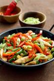 Deliziosa carne di pollo con verdure arrosto in padella di metallo - 232929233