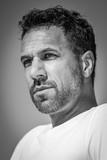 Mann mit Bart und dunklen Haaren, Portrait, schwarz-weiß Bild - 232940221