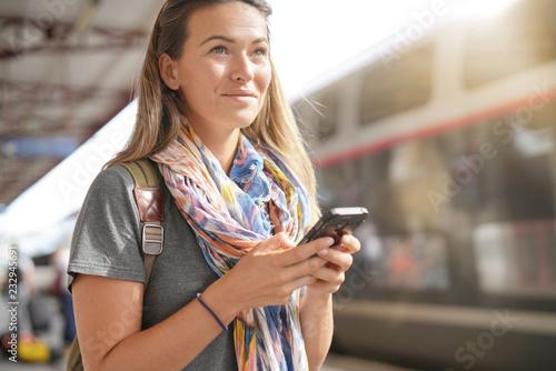 Młoda kobieta czeka na pociąg