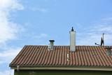 Objekte auf dem Dach auf dem Wohnhaus - 232951692