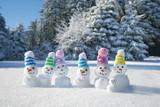 Schneemänner mit bunten Strickmützen - es wird Winter - 233009406
