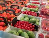 fruits rouges sur le marché