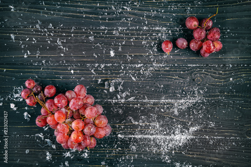 Foto Murales red grapes on wooden background