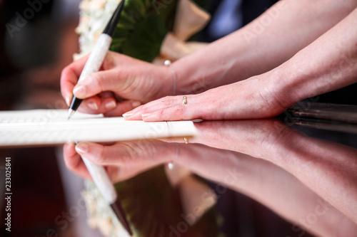 Foto di una mano di un manager donna che firma un contratto