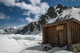 Cabane en montagne dans les Alpes , en hiver - 233031848