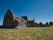 Leinwanddruck Bild - Die Wiese vor der Hore Abbey an einem sonnigen Tag