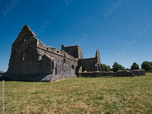 Leinwanddruck Bild Die Wiese vor der Hore Abbey an einem sonnigen Tag