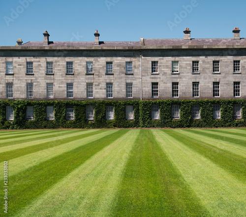 Leinwanddruck Bild Rasen mit Muster vor dem Trinity College in Dublin