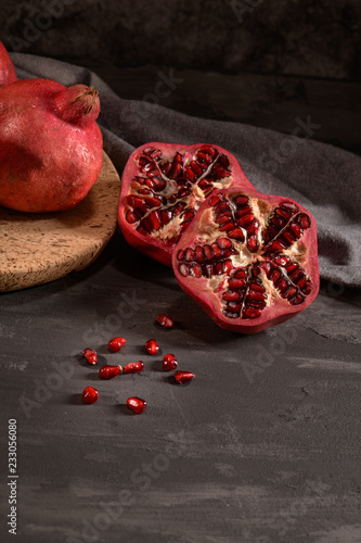 Foto Murales Ripe pomegranate and seeds