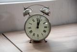 reloj con manecillas marcando las doce tiempo luz decoración interior horas minutero