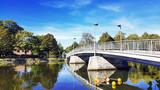 Une passerelle sur la Meuse en Belgique - 233152626
