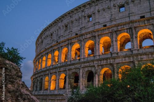 Koloseum o zachodzie słońca w Rzymie. Włochy.