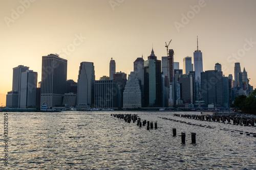 Foto Murales New York City Manhattan downtown skyline at sunset viewed from Brooklyn Bridge park