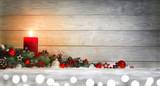 Hintergrund für Weihnachten oder Advent mit Holz, Kerze, Lichtern und Dekoration auf Schnee