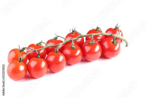 Czereśniowi pomidory odizolowywający na białym tle