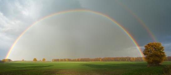 Regenbogen über Agrarlandschaft Panorama © Wilm Ihlenfeld
