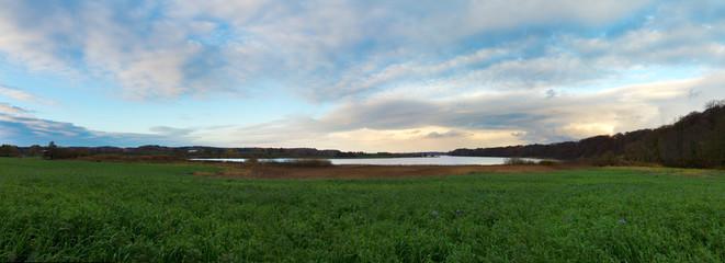 Landschaft mit See und stimmungsvollem Himmel am späten Nachmittag im Herbst in Schleswig-Holstein Panorama © Wilm Ihlenfeld