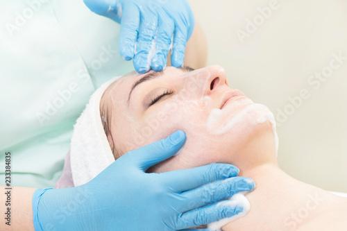 Przetwarza kosmetyczną maskę masaż i facials w piękno salonie