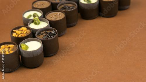 Cukierki czekoladowe określone na brązowym tle. Luksusowy drogi cukierek kłaść out na ciemnego brązu tle.