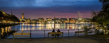 Betrachter des Binnenalster Panoramas abends in Hamburg - 233394455